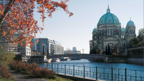Image 4: Autumnal view of the Spree promenade with the cathedral in the background.