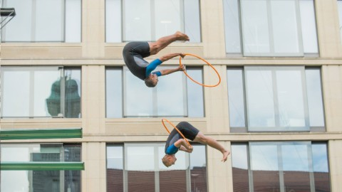 Image: Water festival with high diving show at DomAquarée Berlin.